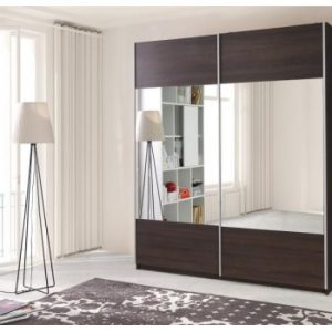Skapis ar bīdāmām durvīm un spoguli